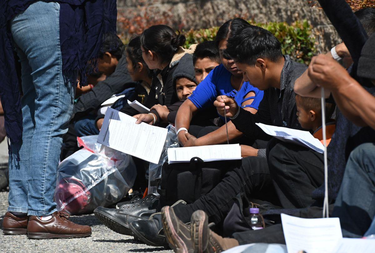 Administración Trump avanza para que ICE detenga por más tiempo a familias completas