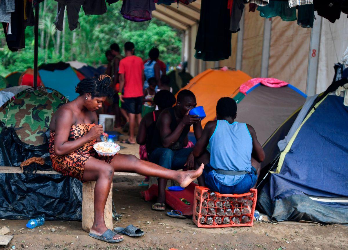 Los inmigrantes descansan en un albergue temporal en Panamá.