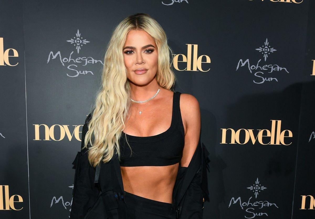 Khloé Kardashian se enfunda en un ajustado traje de mezclilla por el que se desbordan sus grandes atributos