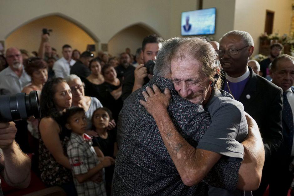Cientos van al funeral de víctima de masacre en El Paso después de que su esposo dijo que no tiene familia que lo acompañe