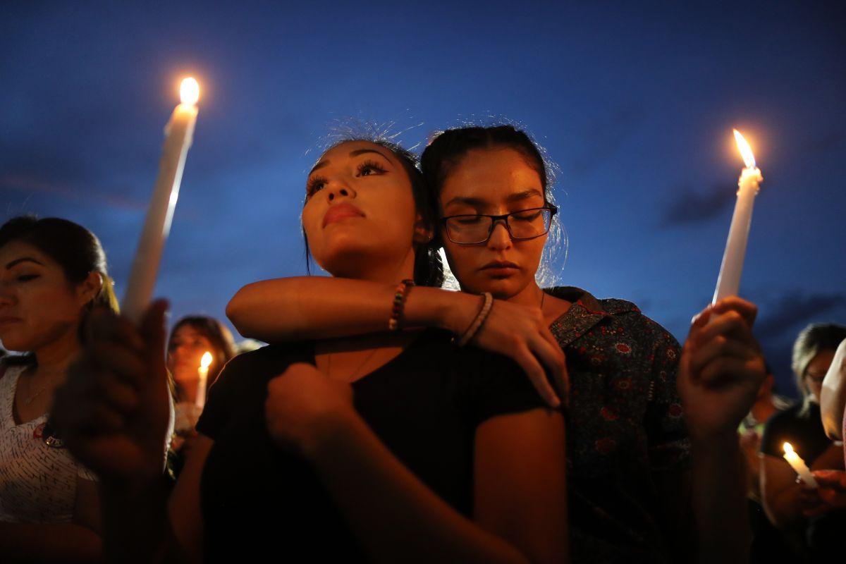 Cientos acuden a una vigilia en El Paso en honor a las víctimas la masacre.