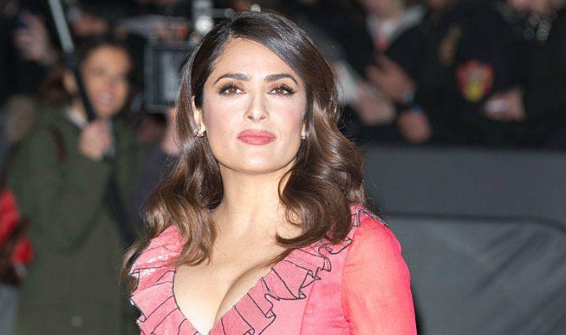 ¡Al natural! Salma Hayek luce su belleza con sexy vestido rojo y sin una gota de maquillaje