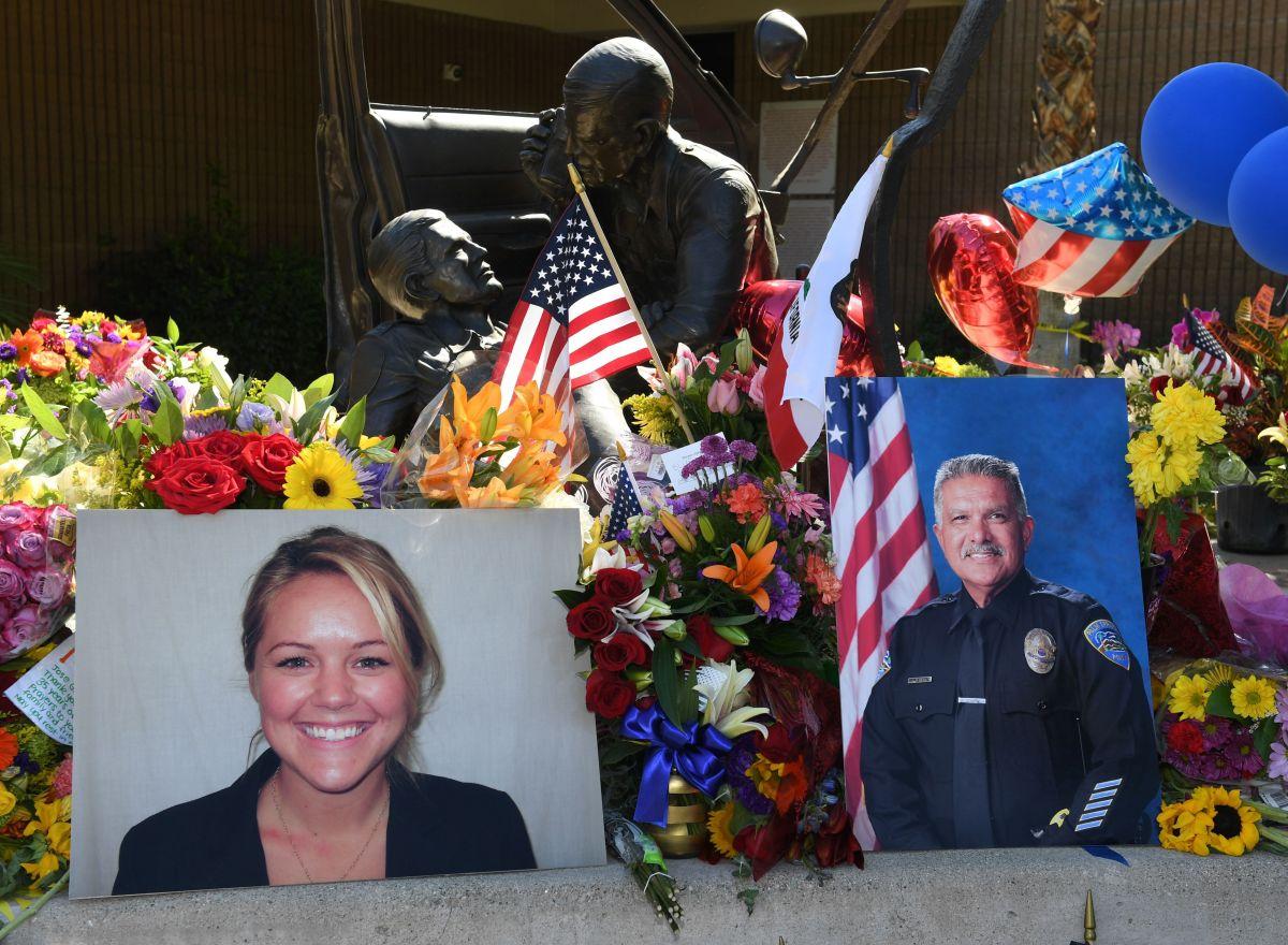 Luego del crimen, la comunidad llevó flores a la estación de Palm Springs para honrar la memoria de los agentes caídos. / fotos: getty.