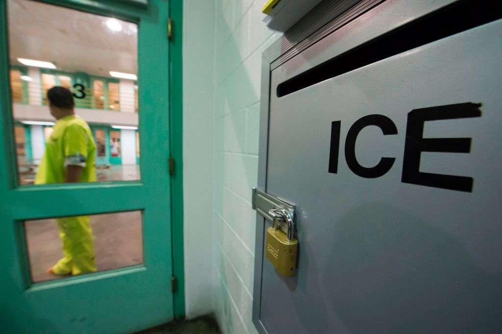 La demanda es por las condiciones en que ICE mantiene a los inmigrantes.