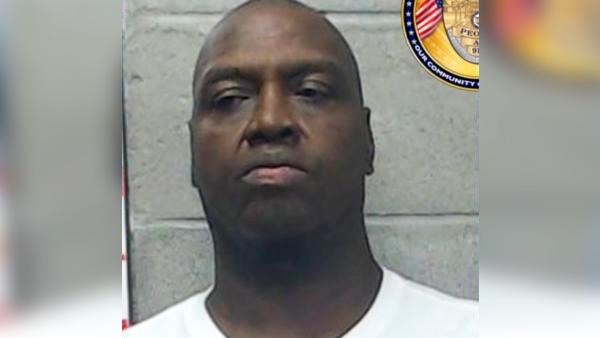 Arrestan a entrenador por 28 delitos sexuales en EE.UU.