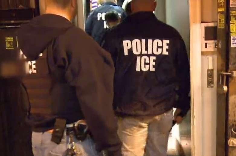 Inmigrantes indocumentados se encierran en sus casas tras redada masiva de ICE en Mississippi