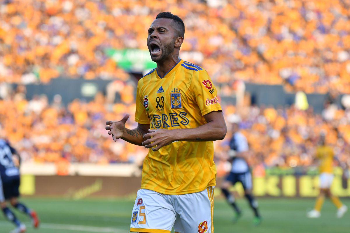 ¡Casi le parte la pierna!: Expulsan a Rafa Carioca por falta contra Fidalgo en el Tigres- América