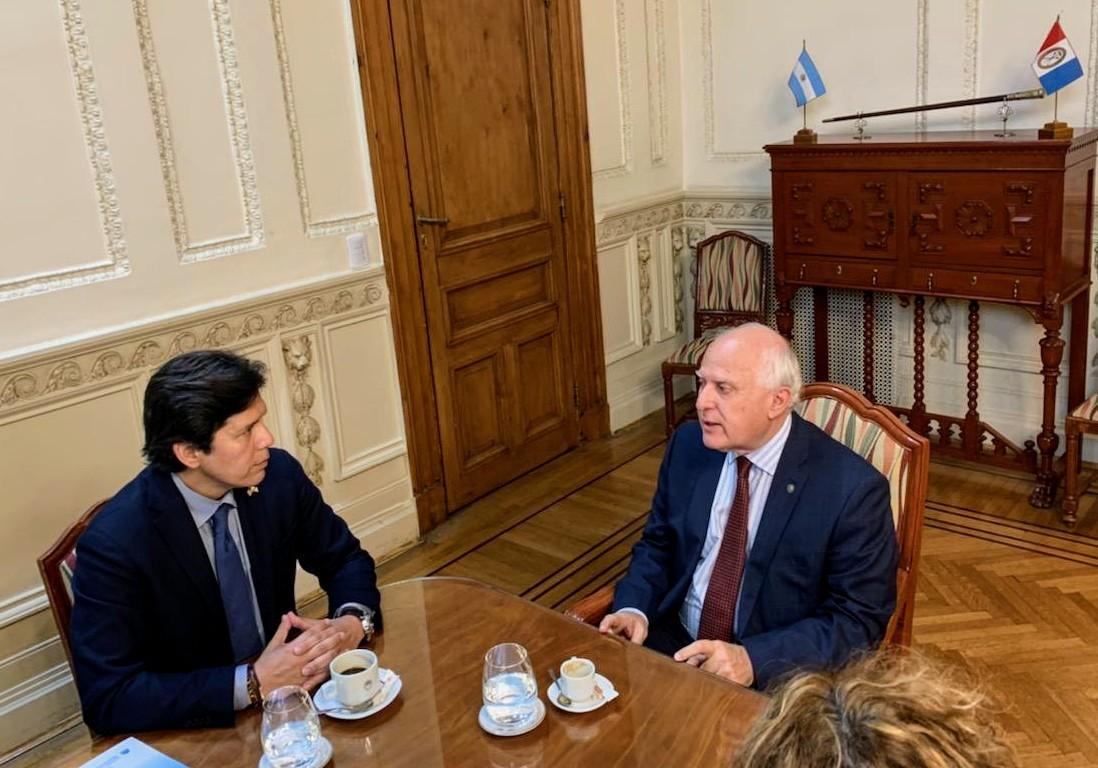Durante su visita a Argentina, Kevin de León, presidente emérito del senado de California se reunió con el gobernador de la provincia de Santa Fe, Miguel Lifschitz. (Suministrada)