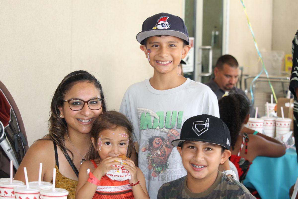 Camila Norma Núñez (c), jutno a su madre Jadira Núñez y sus hermanos Xavier y Noah. / foto: Jorge Luis Macías.