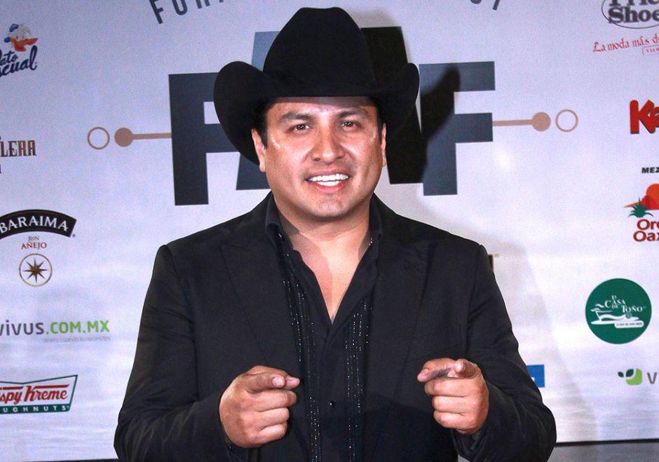 Julión Álvarez amenaza con volver