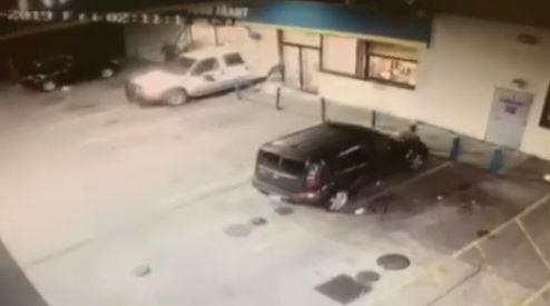Dueño de gasolinera agarra a balazos a ladrones que querían llevarse un cajero automático