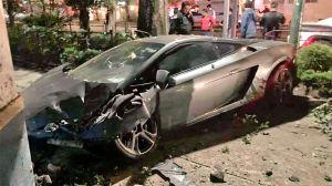 Chocan un Lamborghini y lo dejan abandonado en plena calle