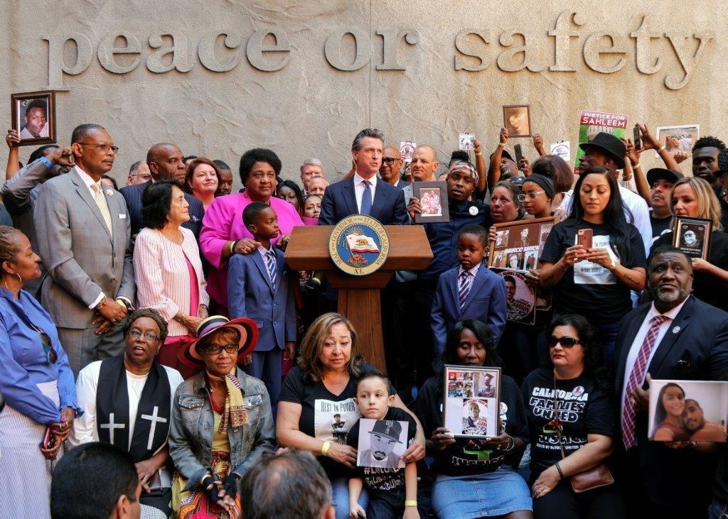 El gobernador de California invitó a familiares de víctimas de tiroteos policiales a subir al palco enfatizando que la ley busca que no se repitan sus trágicas historias.