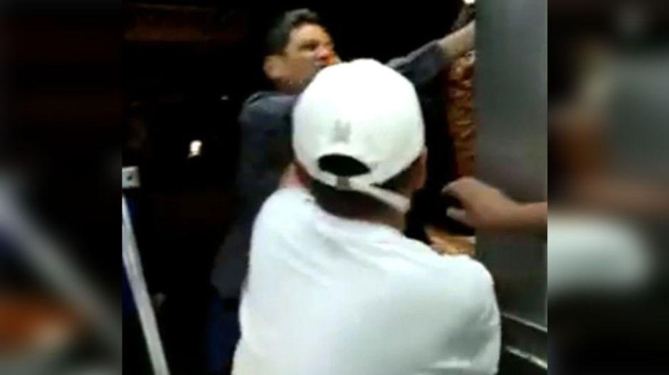 VIDEO: Presunto diputado destruye puesto de tacos