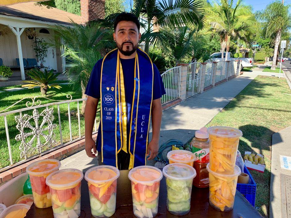 Vendedor de frutas DACA se gradúa de UCLA