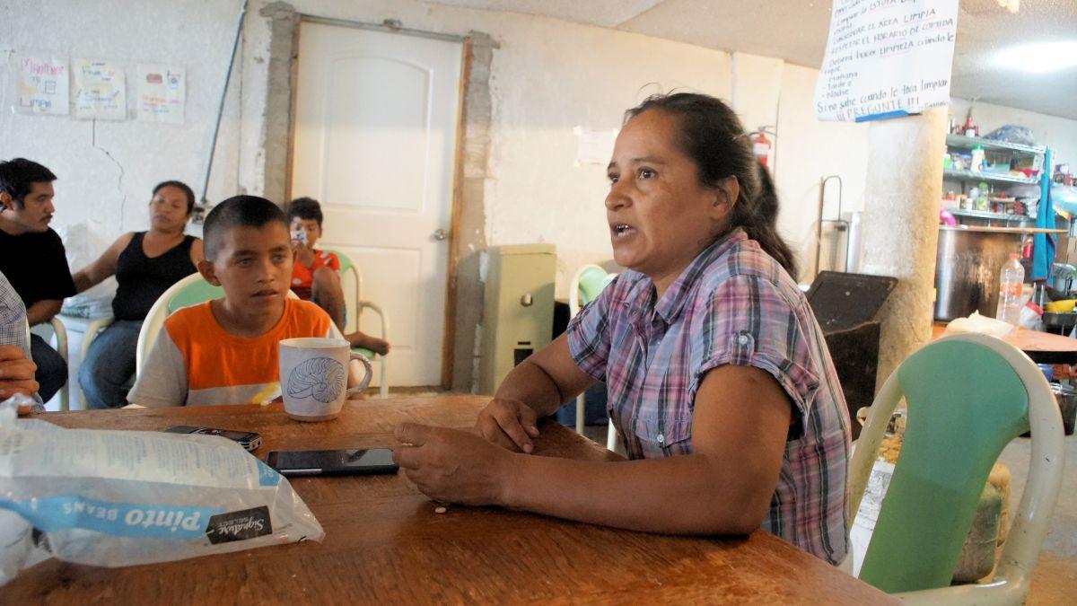 María Dina López junto a su hijo de 11 años. / fotos: Manuel Ocaño.