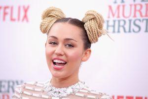 El poderoso mensaje que lanzó Miley Cyrus junto con una inédita canción para quienes estén tristes esta Navidad