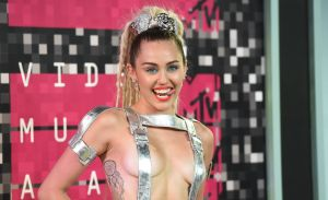 El video de Miley Cyrus bailando en diminuto bikini junto a su novio Cody Simpson