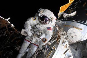 Astronautas instalan el nuevo parqueo en la Estación Espacial Internacional