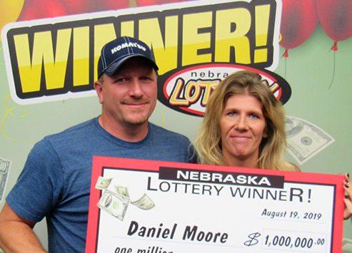 Moore con su premio de Powerball.