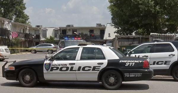 La policía llegó a investigar un accidente fatal en la cuadra 6300 de la calle Tierwester.