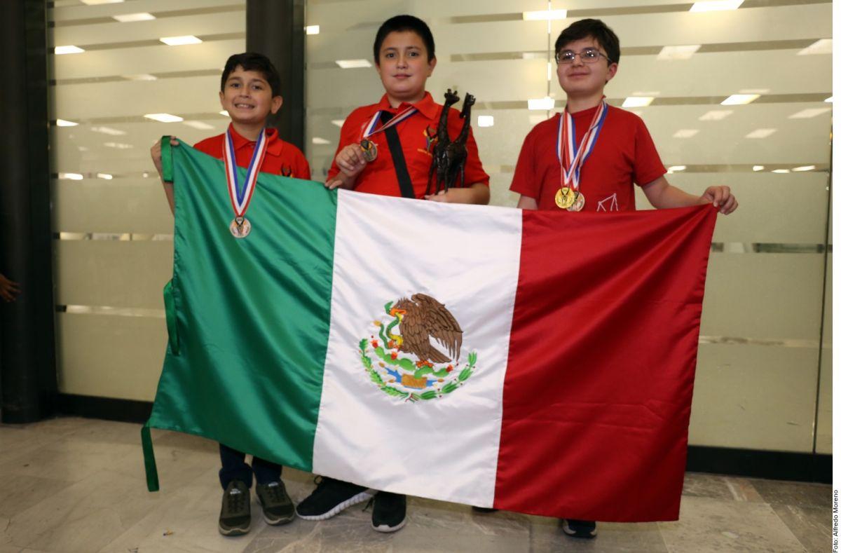 Guillermo del Toro los apoyó y niños ganaron oro en Olimpiada de Matemáticas en Sudáfrica