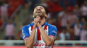 Ya no lo aguantan: aficionados de Chivas le piden a Oribe Peralta que se retire