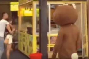 Viajó miles de kilómetros disfrazado de oso para sorprender a su novia pero se enteró de terrible verdad