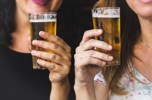 El consumo moderado de alcohol es benéfico en mujeres, pero no en hombres, indica estudio