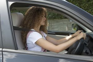 ¿Cuál es la postura correcta para conducir de forma segura?