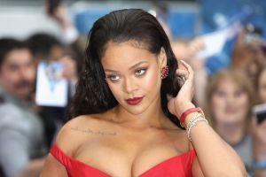 Rihanna se prepara con un ardiente liguero rojo para ser la fantasía más sexy de San Valentín
