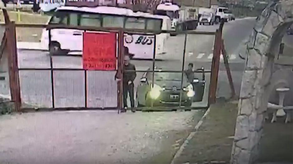 VIDEO: Se distrae unos segundos y le roban el auto casi en sus narices