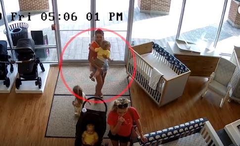 La mujer ingresó con su bebé, pero pensó que sus cómplices se lo llevarían.
