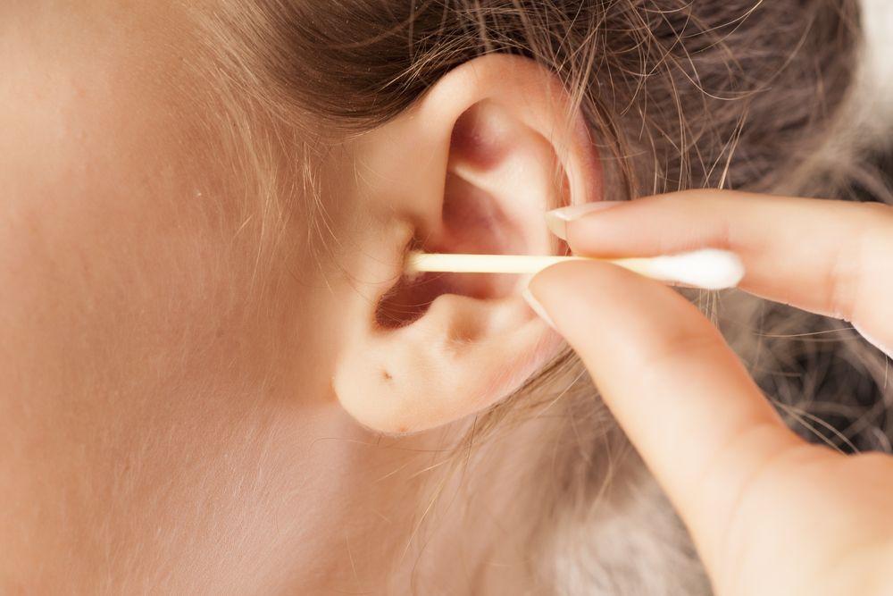 Limpiar tus oídos con hisopos puede ser  una mala idea.