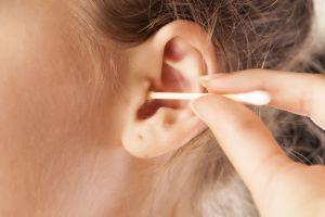 Una bacteria casi le come el cerebro porque se limpiaba los oídos con hisopos de algodón