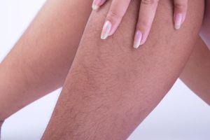 """Su jefe le pidió que se afeitara las piernas """"por higiene"""" y ella respondió de la forma más inteligente"""