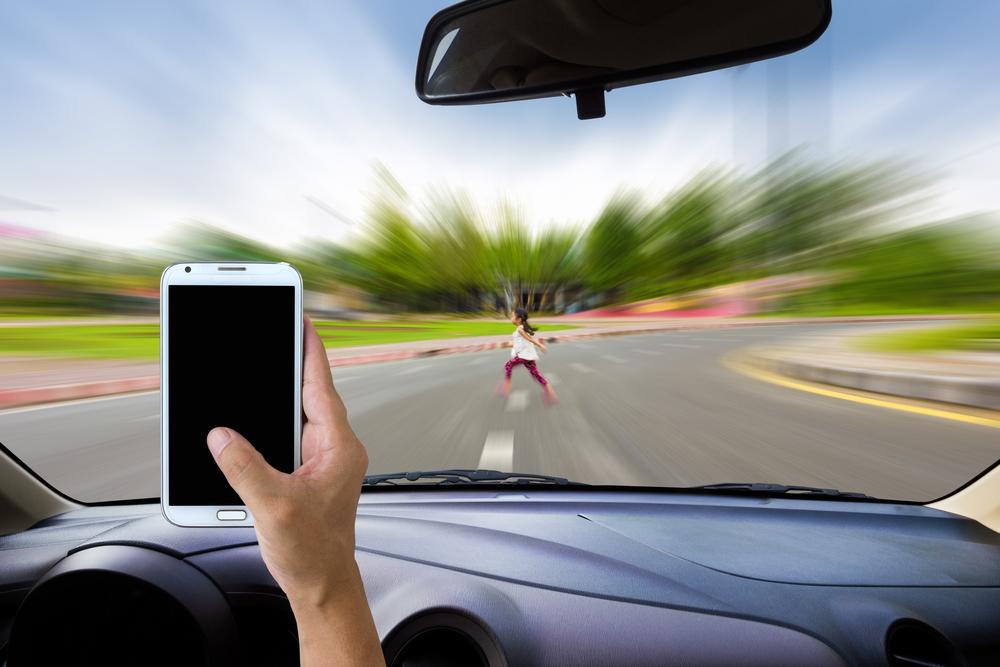 9 efectos negativos de usar el teléfono celular mientras conduces