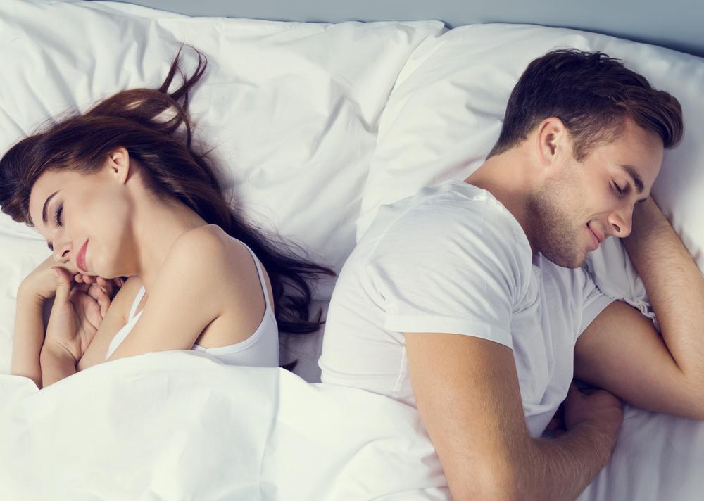 Si tu pareja hace esto al dormir, podría estar siéndote infiel