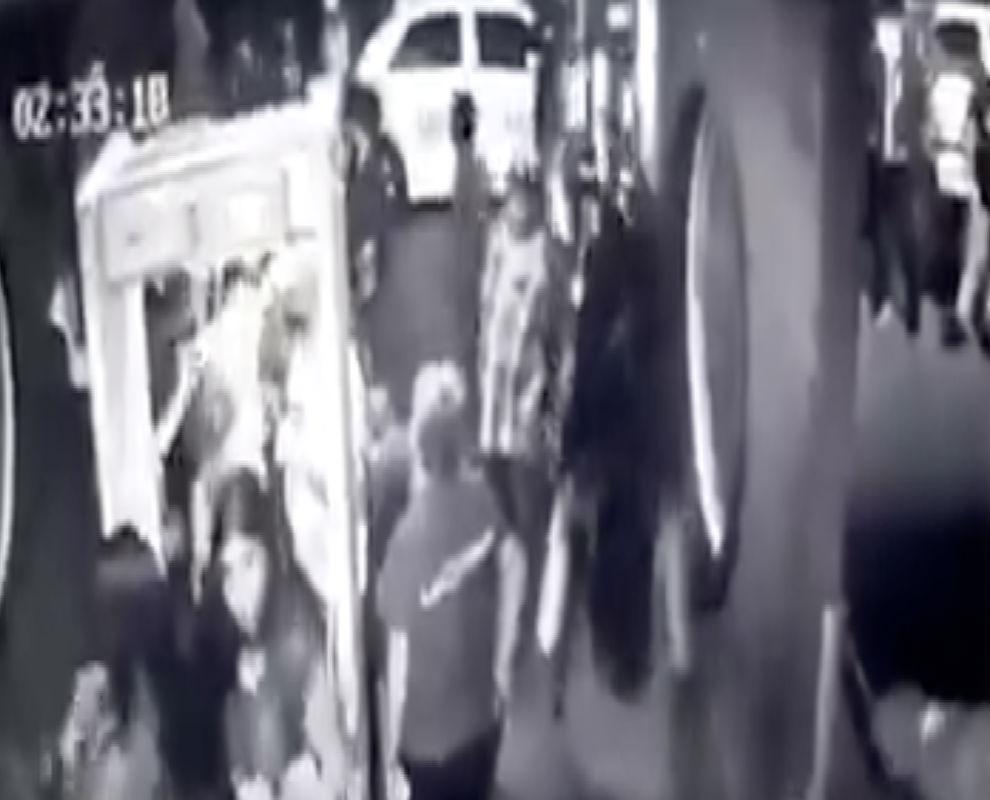 VIDEO: Sicario asesina a policía en entrada de centro nocturno de Tijuana