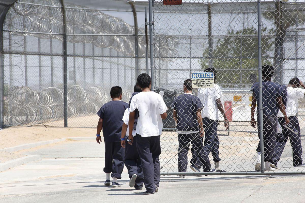 Inmigrantes en el Centro de Detención de Adelanto, California.