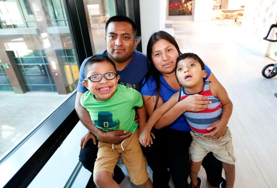 Dan la residencia a padres indocumentados por sus hijos con necesidades especiales