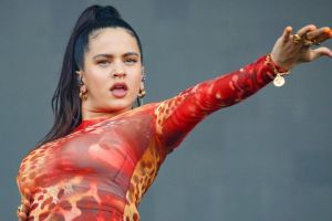 Más sensual que nunca, Rosalía muestra su increíble retaguardia usando un enterizo blanco