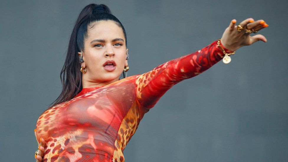 Rosalía: su impactante foto de adolescente con la cabeza rapada que está convulsionando las redes