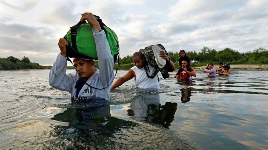 El controvertido respaldo de la Corte Suprema a la última medida de Trump para frenar la inmigración