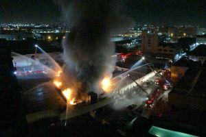 Tres bomberos lesionados durante incendio masivo en edificio comercial del centro de LA
