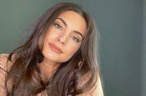 """Ana Brenda Contreras, hermosa con su bata de seda y sus parches """"Gold"""" para los ojos"""