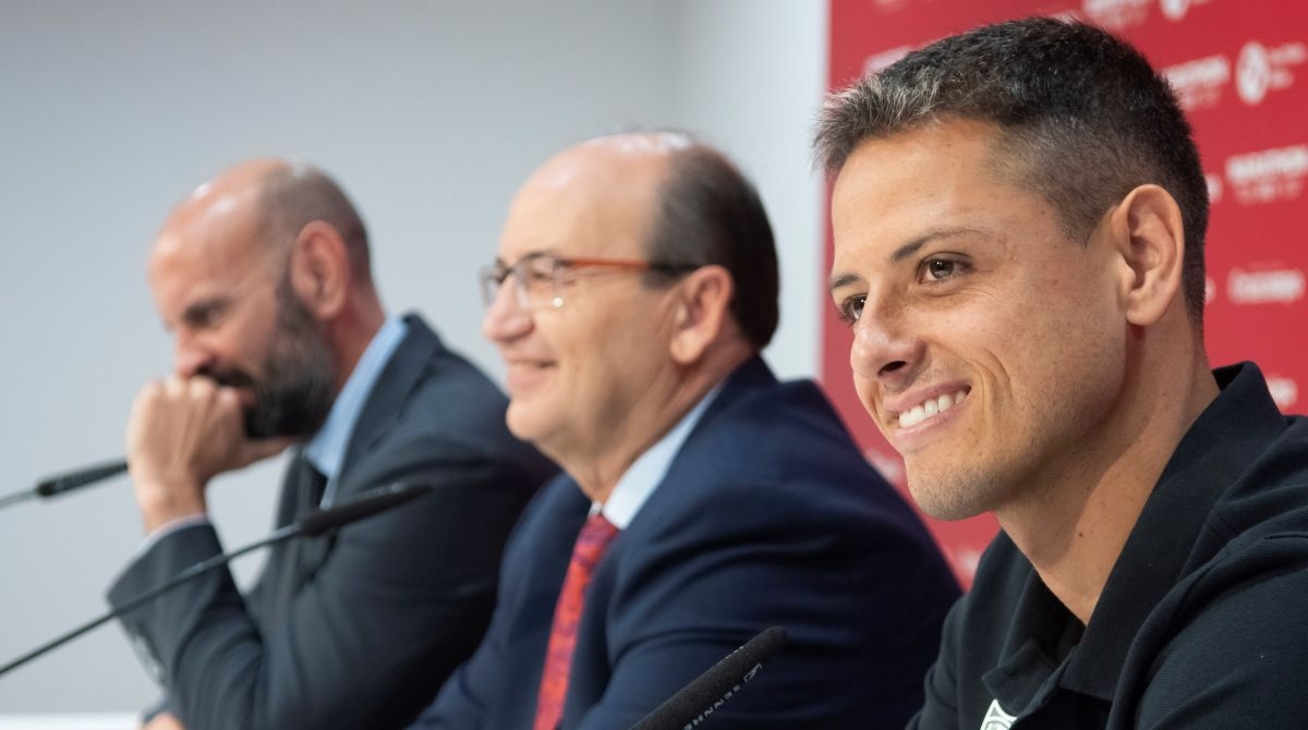 """""""Chicharito"""" está tan comprometido con el Sevilla que sacrificó su salario"""
