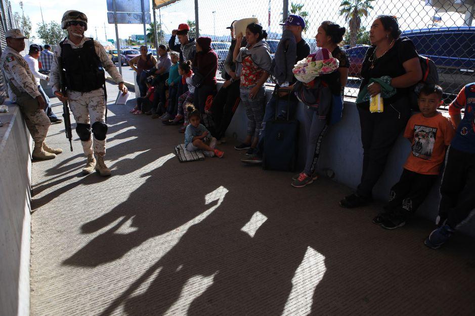 Cerca de 700  migrantes mexicanos esperan en la frontera para pedir asilo