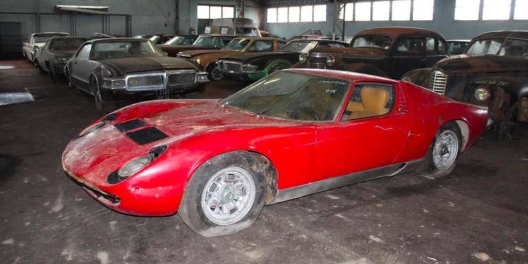Descubren colección de 81 autos abandonados en Francia