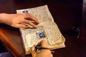 Encuentra en su casa unos diarios escritos hace 37 años y busca a la autora